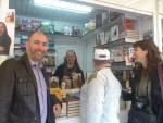 Visitando a Neo Coslado en su firma. Con Roser Herrera, la directora de la Agencia Literaria Letras Propias.
